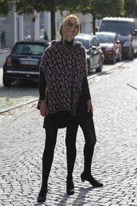 Frau mit besonderen Klamotten