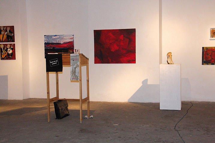 Rednerpult vor Wand mit verschiedenen Bildern