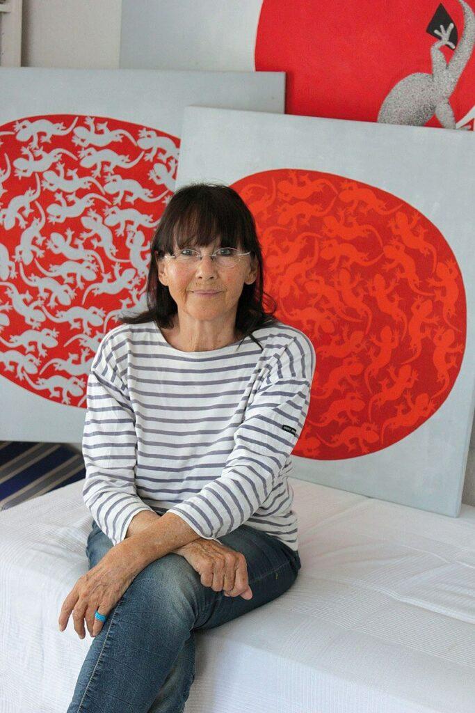 Rose Maier Haid vor ihren Bildern